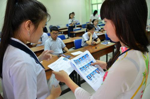 Kiểm tra hồ sơ của thí sinh trước khi vào phòng thi tại điểm thi Trường ĐH Sư phạm TP HCM Ảnh: TẤN THẠNH