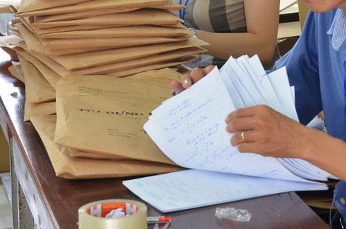 Giáo viên chấm thi tốt nghiệp THPT quốc gia chịu rất nhiều áp lực nhưng thù lao không tương xứng Ảnh : TẤN THẠNH