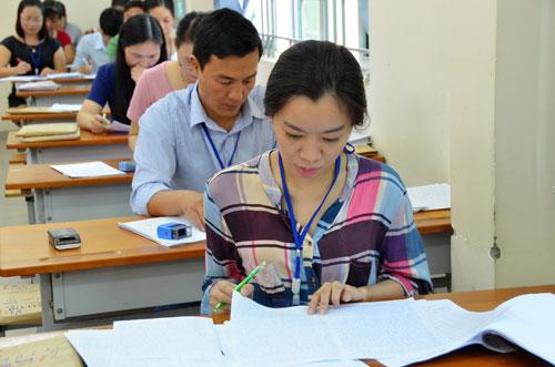 Chấm thi THPT quốc gia môn ngữ văn tại Trường ĐH Sài Gòn Ảnh: TẤN THẠNH