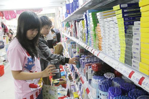 Mua sắm dụng cụ năm học mới tại một cửa hàng trên đường Hải Thượng Lãn Ông, quận 5, TP HCM  Ảnh: HOÀNG TRIỀU