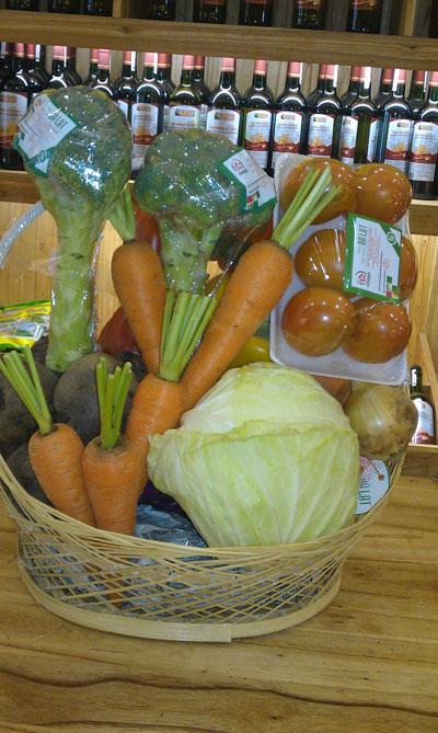 Các loại rau quả bình dân được cho vào giỏ trang trí để làm quà tặng