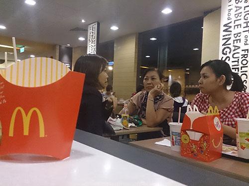 Thị phần thức ăn nhanh của Việt Nam đang do các doanh nghiệp nước ngoài thống lĩnh. Trong ảnh: Một trong những cửa hàng của McDonald's (Mỹ) tại TP HCM Ảnh: QUANG HUY