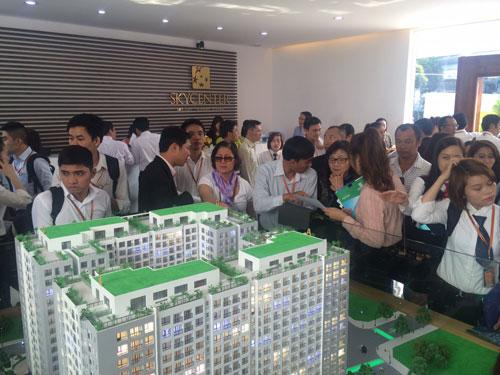 Khách hàng tìm hiểu để mua căn hộ dự án Sky Center trong ngày khai trương căn hộ mẫu