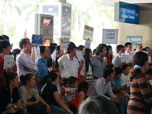 Chờ đón người thân tại sân bay Tân Sơn Nhất  Ảnh: Hoàng Triều