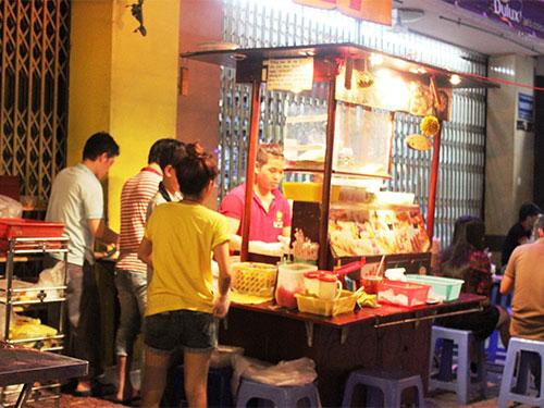 Một điểm bán thức ăn Nhật ở vỉa hè đường Huỳnh Tấn Phát, quận 7, TP HCM Ảnh: Lê Phong