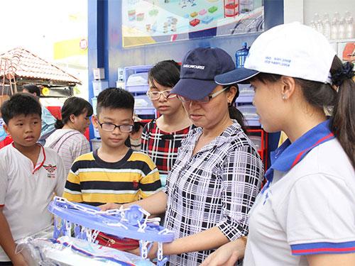 Khách mua hàng tại gian hàng nhựa Duy Tân Ảnh: HOÀNG TRIỀU