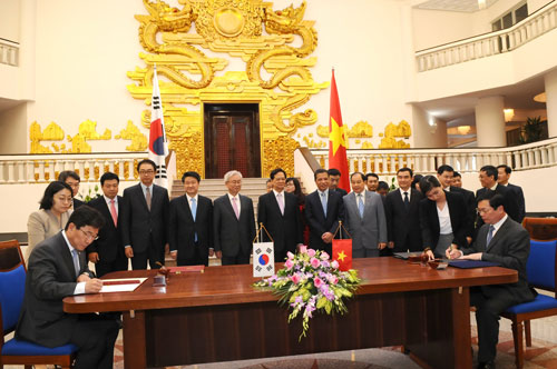 Thủ tướng Nguyễn Tấn Dũng chứng kiến 2 bộ trưởng ký kết Hiệp định Thương mại tự do Việt Nam - Hàn Quốc Ảnh: Phương Nhung