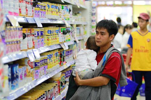 Khách hàng chọn mua sữa tại siêu thị Co.opmart ở TP HCMẢnh: Hoàng Triều