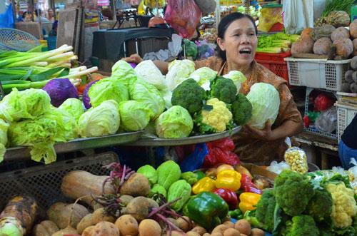 Vựa rau Đà Lạt (tỉnh Lâm Đồng) vừa trải qua thời tiết cực đoan, mất mùa là nguyên nhân đẩy giá rau củ trên thị trường TP HCM tăng cao. Trong ảnh: Rau củ được bán tại chợ Nguyễn Tri Phương, quận 10, TP HCM Ảnh: Tấn Thạnh