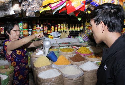 Giá bán lẻ đường tại các chợ ở TP HCM đã tăng từ 2.000-2.500 đồng/kg Ảnh: HOÀNG TRIỀU