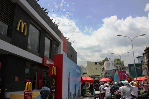 Khách hàng xếp hàng nhận đồ chơi, quà tặng từ cửa hàng thức ăn nhanh McDonald's (quận 1, TP HCM) Ảnh: LÊ PHONG