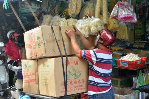 Hàng hóa Trung Quốc đang đè bẹp hàng sản xuất trong nước Ảnh: Tấn Thạnh