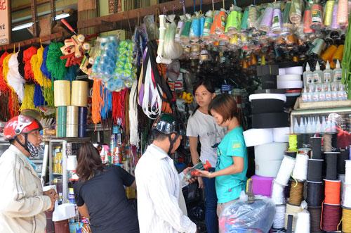 Nguyên phụ liệu dệt may phần lớn nhập từ Trung Quốc được bán trên đường Hòa Hảo, quận 11, TP HCM Ảnh: Tấn Thạnh