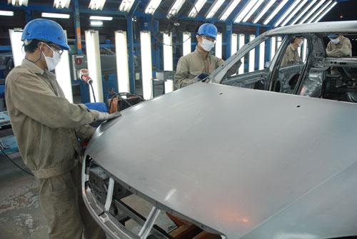 Lắp ráp ô tô tại nhà máy của Công ty Ford Việt NamẢnh: Tấn Thạnh