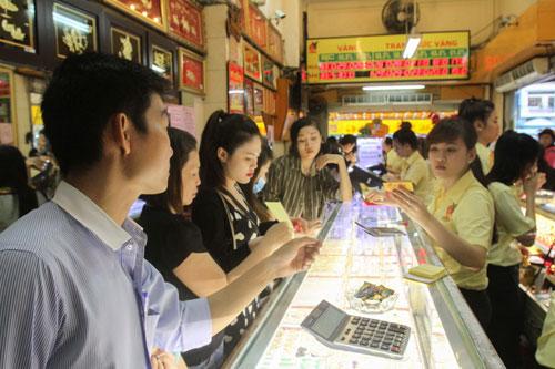 Với việc chuyển VNĐ sang vàng hay USD, người dân sẽ đối mặt nhiều rủi roẢnh: HOÀNG TRIỀU