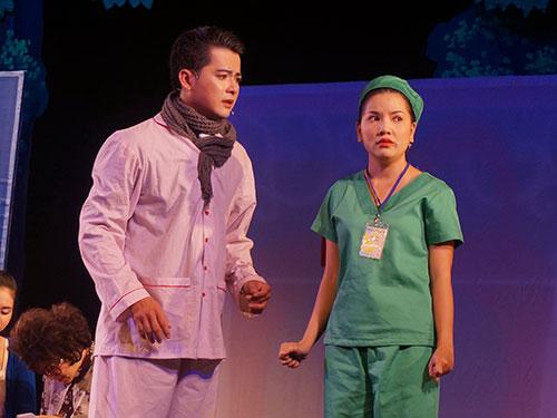 Ngọc Trinh vai bác sĩ Hồng trong vở 49 ngày yêu