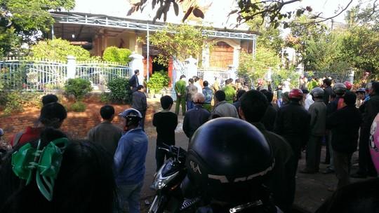 Nhiều người đến xem cơ quan công an khám nghiệm hiện trường tại nhà ông Nguyễn Văn Cường