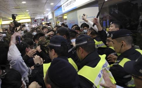 Cảnh sát giải tán người biểu tình Hồng Kông phản đối người Trung Quốc ở Đồn Môn Ảnh: SCMP