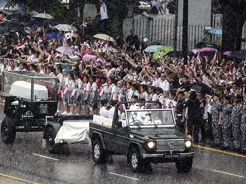 Người dân chứng kiến lễ rước linh cữu ông Lý Quang Diệu bất chấp trời mưa  Ảnh: EPA