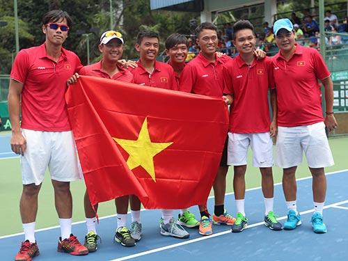 Tay vợt Lâm Quang Trí (bìa trái) cùng đội tuyển Việt Nam sau khi giành quyền thăng hạng nhóm II Davis Cup khu vực châu Á - Thái Bình Dương Ảnh: ĐỨC ANH