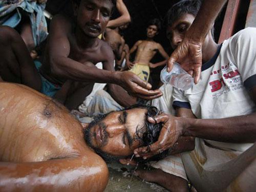 Một người di cư được cứu vào cuối tuần trước ở TP Langsa, tỉnh Aceh - Indonesia Ảnh: AP