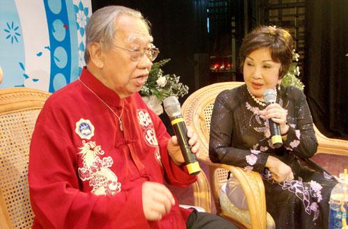 GS-TS Trần Văn Khê và nghệ sĩ Hồng Nga trong một chương trình giao lưu với khán giả yêu nghệ thuật cải lương
