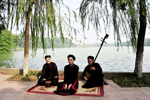 Ba thế hệ của nhóm ca trù Thái Hà: Nghệ nhân Nguyễn Văn Mùi, nghệ sĩ Nguyễn Văn Khuê và ca nương Thu Thảo cùng biểu diễn Ảnh: Thảo Nguyễn