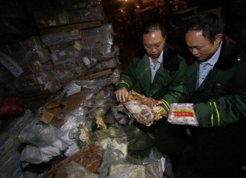 Các quan chức xem xét lô thịt bẩn Ảnh: FJSEN.COM