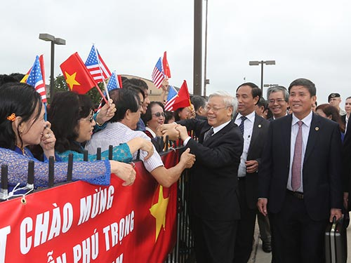 Cán bộ, nhân viên Đại sứ quán và đại diện cộng đồng người Việt tại Mỹ đón Tổng Bí thư Nguyễn Phú Trọng Ảnh: TTXVN