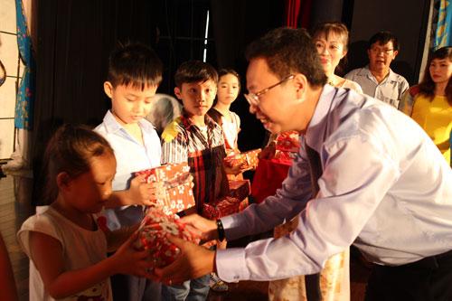 Ông Nguyễn Thành Đô, Chủ tịch Công đoàn các KCX-KCN TP HCM, trao quà cho con công nhân khó khăn