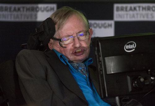 """Nhà khoa học Stephen Hawking phát biểu tại sự kiện giới thiệu dự án """"Breakthrough Initiative"""" ở London  Ảnh: REUTERS"""