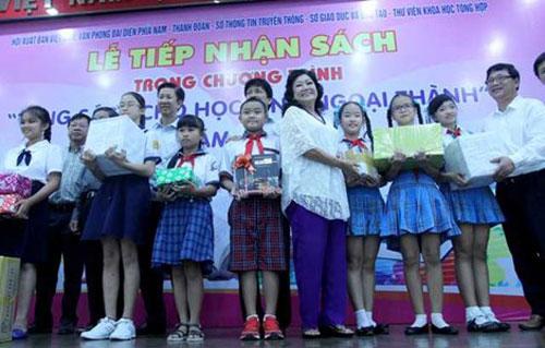 Nghệ sĩ Kim Cương trao tặng sách cho học sinh ngoại thành TP HCM vào ngày 14-8Ảnh: Hoàng Giang