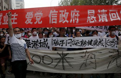 Cư dân Thiên Tân sơ tán do vụ nổ biểu tình đòi chính phủ bồi thường hôm 17-8Ảnh: REUTERS