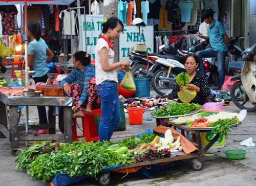 Rau là lựa chọn hàng đầu cho bữa ăn của người lao động nghèo  Ảnh: Nguyễn Luân