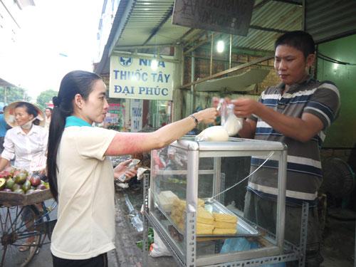 Với đồng lương quá thấp, công nhân chỉ còn biết chọn đậu hũ là thức ăn mỗi ngàyẢnh: THANH NGA