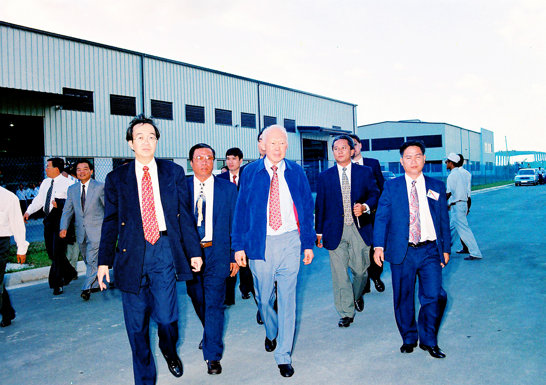 Ông Lý Quang Diệu (giữa, hàng đầu) thăm VSIP 1 vào năm 1997. (Ảnh do UBND tỉnh Bình Dương cung cấp)