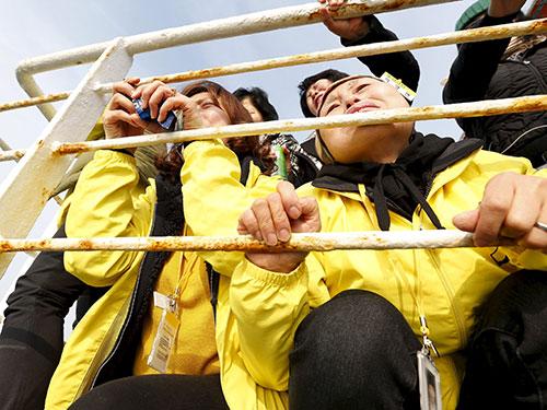 Người thân tưởng nhớ các nạn nhân vụ chìm phà Sewol Ảnh: REUTERS