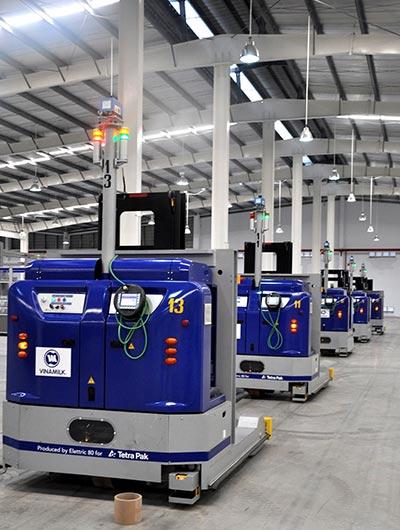 Tại Nhà máy sản xuất sữa nước của Vinamilk, Rô-bốt (LGV) điều khiển toàn bộ quá trình từ nguyên liệu dùng để bao gói tới thành phẩm, giúp kiểm soát tối ưu về chất lượng và đảm bảo hiệu quả về chi phí.