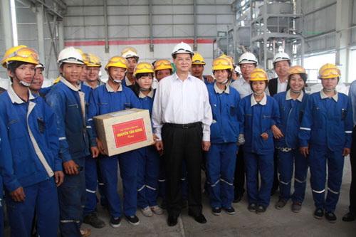 Thủ tướng Nguyễn Tấn Dũng kiểm tra nhà máy và chụp hình lưu niệm với công nhân