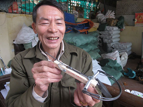 Trần Quang Thiều giới thiệu sản phẩm bẫy chuột của mình