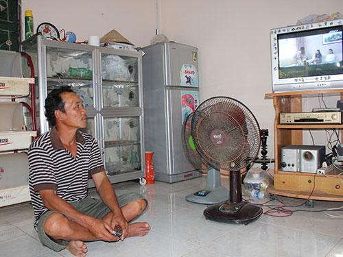 Anh Huỳnh Văn Nhàn trong căn nhà mới khang trang của mình