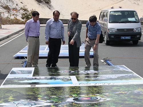 Ban tổ chức kiểm tra công tác chuẩn bị cho buổi lễ đặt viên đá xây dựng Khu Tưởng niệm Chiến sĩ Gạc Ma Ảnh: THÁI TĨNH