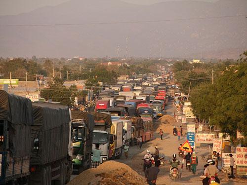 Hàng ngàn phương tiện kẹt cứng trên Quốc lộ 1 đoạn qua huyện Tuy Phong,  tỉnh Bình Thuận Ảnh: Hoàng Thái