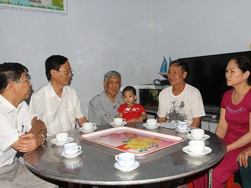 Nguyên Tổng Bí thư Lê Khả Phiêu thăm gia đình đại úy Nguyễn Anh Tú Ảnh: Lê Trường