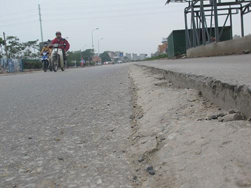 Nhiều gờ cao nguy hiểm như những cái bẫy chết người ở nhà chờ xe buýt nhanh trên đường Lê Trọng Tấn (Hà Nội)