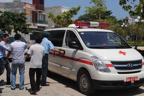 Xe cứu thương của Trung đoàn Phòng không - Không quân 937 đưa thi thể phi công Nguyễn Anh Tú về thăm nhà Ảnh: LÊ TRƯỜNG