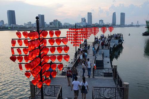 """""""Cầu tàu tình yêu"""" trên sông Hàn, TP Đà Nẵng"""