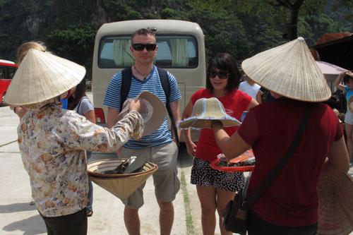 Du khách nước ngoài đến Việt Nam thường hay than vãn về tình trạng bị chèo kéo bán hàng. (Ảnh chụp tại tỉnh Ninh Bình) Ảnh: Thảo Nguyên