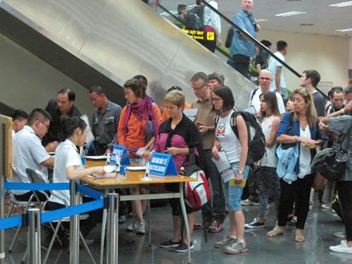Hành khách đến từ vùng có dịch MERS-CoV khai báo y tế tại sân bay quốc tế Nội Bài (Hà Nội)