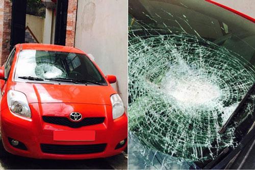 Ô tô của chị Đặng Thu Thủy bị ném đá trên đường cao tốc Hà Nội - Thái Nguyên đêm 1-6 với kính trước bị rạn vỡ Ảnh: Thu Thủy